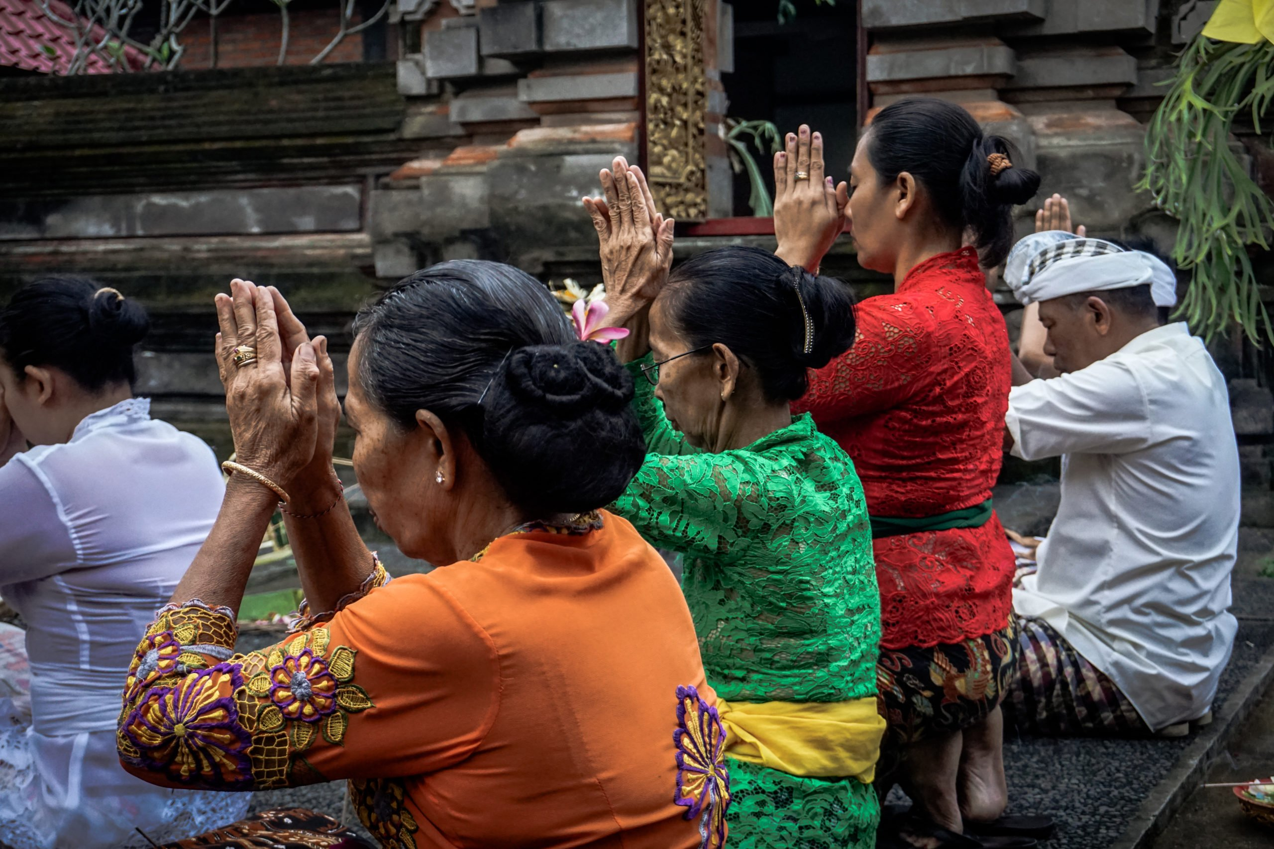 locals praying bali
