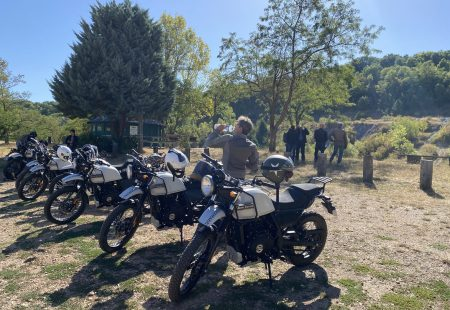 <h3> MEETING POINTS  </h3>  The route has several daily meeting points. They're the perfect chance to take stock of where you are exactly or meet the rest of the riders and exchange views. You can also ask your expedition leader for invaluable tips or repair your bike if necessary.